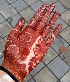 There're many easy and simple bridal mehndi designs that you can try on your wedding day. Nowadays , We'have seen that bride tell their love stories in the form of mehndi. Floral Henna Designs, Latest Bridal Mehndi Designs, Mehndi Designs Book, Indian Mehndi Designs, Stylish Mehndi Designs, Mehndi Design Pictures, Mehndi Designs For Girls, Wedding Mehndi Designs, Beautiful Henna Designs