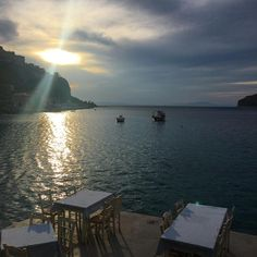 Ce soir, on a diné là, au bord de l'eau dans un restaurant qui s'appelle #takis niché dans le port de Limeni