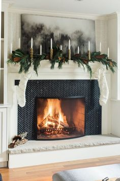 Modern Farmhouse Holiday Decorating Ideas and Inspiration – Farmhouse Fireplace Mantels Scandinavian Holidays, Decor Scandinavian, Scandinavian Fireplace, Christmas Fireplace Mantels, Cozy Fireplace, Fireplace Ideas, Fireplace Decorations, Mantle Garland, Mantle Ideas