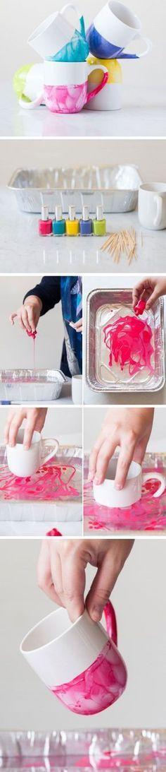 Para dar mais cor para as canecas e xócaras, aposte nessa misturinha de esmalte: Fácil, sem bagunça e deixa seus acessórios uma graça