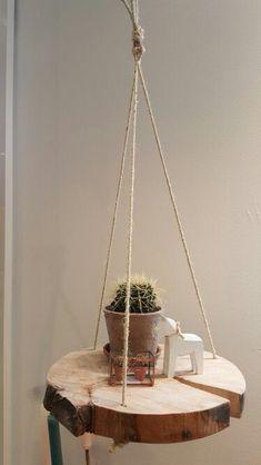 Plantenhanger, gemaakt van een boomschijf! Ieder seizoen kunnen er nieuwe accessoires op gedecoreerd worden. Te koop bij Wortelwoods wonen Op www.wortelwoods.nl vindt u meer inspiratie Hanging wooden tablet Hanging bookself
