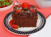 Receita de bolo de chocolate com cobertura de brigadeiro e morangos