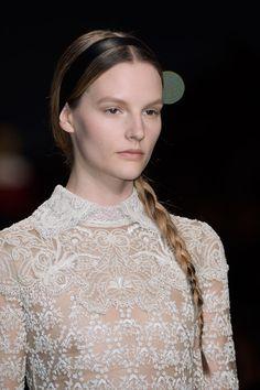 Valentino, en la semana de la moda en Paris -Fall 2013 - Su colección se inspira en la inocencia y feminidad de las novicias. El detalle del collar en las blusas o vestidos se destacan mucho en su colección.