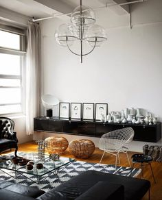 La vivienda de hoy nos sitúa en un loft neoyorkino, donde los espacios diáfanos albergan mobiliario de líneas sencillas y tonalidades oscuras. Materiales como el cuero o el mimbre se mezclan en la zon