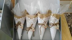 conos de arroz rústicos, con un toque elegante | Preparar tu boda es facilisimo.com Paper Doily Crafts, Doilies Crafts, Wedding Candy, Wedding Favours, Wedding Gifts, Chic Wedding, Our Wedding, Rustic Baby, Communion