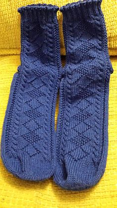 These socks are inspired by the Flamborough Ganseys. They feature an alternating diamond panel down the front and a chevron panel down the back, flanked by cables and a wraparound seed stitch panel. Lace Knitting, Knitting Stitches, Knitting Socks, Knitting Patterns Free, Free Pattern, Knitting Machine, Vintage Knitting, Stitch Patterns, Crochet Socks