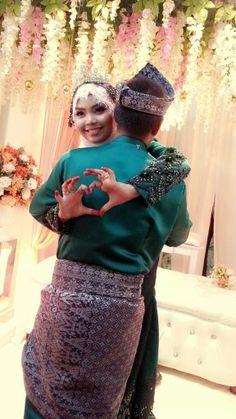 Malay wedding.. Wedding Poses, Wedding Photoshoot, Wedding Photo Gallery, Malay Wedding, Muslim Couples, Traditional Wedding, Lace Skirt, Dream Wedding, Wedding Inspiration