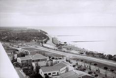 As praias do Dragão de Ouro e do Miramar em Lourenço Marques, vistas de um prédio na Sommerschield.