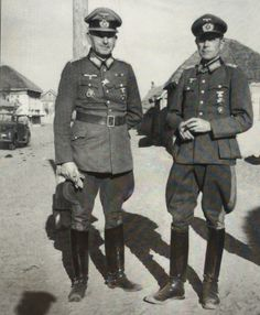 Generalmajor von Schwerin (left) visits his corps commander, General der Infanterie Kar Holist (Kdr.Gen. XVII Armeekorps).  Later September.