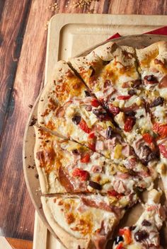 This Muffaletta pizza recipe with it's simle olive salad, deli meats and cheese will change the way you do pizza! Muffaletta Recipe, Muffuletta Sandwich, Pizza Recipes, Gourmet Recipes, Healthy Recipes, Meat And Cheese, Cheese Pies, Marinated Salmon, Olive Salad
