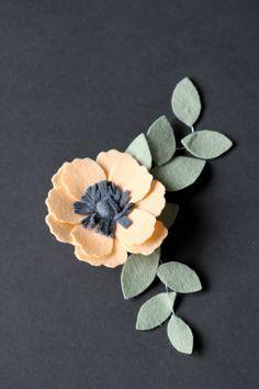 Felt Flowers Details + Clip Tutorial Felt Flower Pillow, Felt Flower Bouquet, Felt Flower Wreaths, Felt Wreath, Flower Corsage, Paper Flower Art, Flower Crafts, Paper Flowers, Felt Flower Template