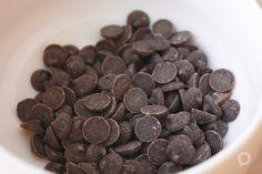 Ingredientes para preparar tiramisú de nutella. Pepitas de chocolate para decorar. Receta en el blog.