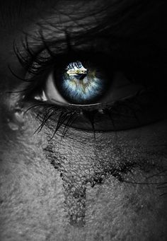 Beautiful eyes make the thickest tears. Beautiful Eyes, Beautiful Pictures, Amazing Eyes, Labo Photo, Amazing Photography, Art Photography, Emotional Photography, Macabre Photography, Poesia Visual