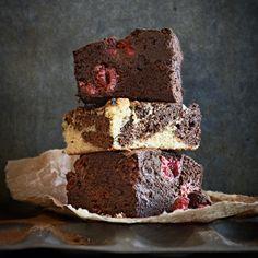 Heerlijke chocoladekoekjes om zo teeten of te gebruiken alstaartbodem. Extra guilty: maak er dubbeldekkers van met roomkaasglazuur ertussen en haal ze door gesmolten chocolade. 1 Verwarm de oven voor op 185 °C enbekleed een bakplaat...