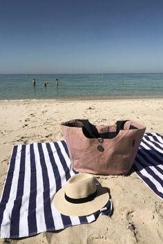 Beach day essentials include our Cove Carry-All Bags. Great for families with lots of beach toys, towels, snacks and drinks. Water Pictures, Beach Pictures, Stylish Girls Photos, Girl Photos, I Phone 7 Wallpaper, Summer Wallpaper, Teenage Girl Photography, White Bralette, Beach Toys