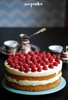 Kuchnia wegAnki: Bezglutenowy tort z jaglanym kremem różanym i malinami