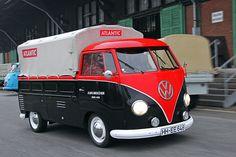 Der VW T1 Transporter kommt nach dem DKW auf den Markt, lässt ab 1950 die gesamte Konkurrenz hinter sich. Was ist das Geheimnis seines Erfolgs? Die Marke? Die Nähe zum Käfer? Das Werkstattnetz? Dieser 57er hilft bei der Spurensuche.