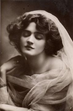 not to be confused with actresses Lilie Leslie or Elsie Leslie Lily elsie one of the most photographed girls in edwardian times Staging fashion 1880 1920 ja Images Vintage, Photo Vintage, Vintage Pictures, Vintage Photographs, Lily Elsie, Edwardian Era, Edwardian Fashion, Belle Epoque, Gibson Girl