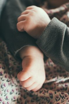 Séance Petit Loulou Bébé, nouveau-né, newborn, baby, main Alexandra Girel - Photographe Genève