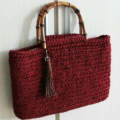 Прохлада - не повод не вязать сумочки для пляжа и жаркого лета ☀️ Спасибо, что отмечаете нас, очень приятно видеть ниточки в работе Все авторы отмечены на фото А ещё у нас давно был хэштег #вяжем_с_ниткой, может реанимируем его? Ставьте #вяжем_с_ниткой, чтобы мы могли найти вашу красоту Приобрести пряжу для пляжных сумок (и не только для них ☺️) можно тут: Трикотажная пряжа Нитка @nitka_assorti Стоимость моточка 350 руб., от количества скидки Отправка по Рос...