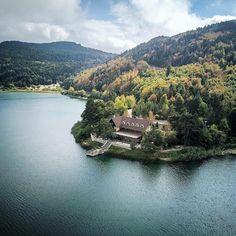 İşte geldi #sonbahar🍂🦌 Fotoğraf Bolu Abant Gölü'nden.. Abant bölgesinde iki adet otel önerimiz var, biri Abant Köşk Otel diğeri ise Aden Hotel. Sitemizden www.kucukoteller.com.tr/abant-otelleri.html?utm_content=buffer6337b&utm_medium=social&utm_source=pinterest.com&utm_campaign=buffer göz atın! . . 📷 @me.tiryaki #drone