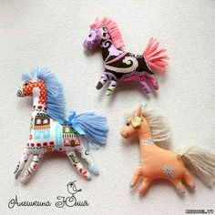 Make these little horses - free pattern (instructions not in English, but get basic idea) Handmade Stuffed Animals, Sewing Stuffed Animals, Stuffed Animal Patterns, Fabric Toys, Fabric Art, Fabric Crafts, Sewing Toys, Sewing Crafts, Diy Y Manualidades