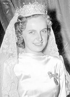Archduchess Regina of Austria wearing the tiara which her mother-in-law Empress Zita  wore at her wedding to Archduke Otto (1951). Of diamonds, made by the Austrian jeweller Köchert, given as a gift to Princess Zita on occasion of her wedding in 1887. The tiara consists of five heartshaped motifs linked by scrolls and leaves set on a bandeau base.The tiara remained in the family, even when they went into exile.