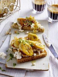 Das Rezept für Vollkorntoast mit Banane, Hüttenkäse und Mandeln und weitere kostenlose Rezepte auf LECKER.de