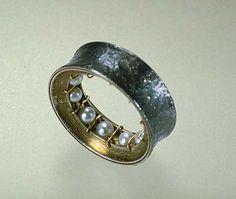 Ralph Bakker: ring: gold, silver, niëllo & pearls