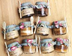 Here are loads of ideas for unique wedding favors ~ what gift shall you be giving your guests? Jam Packaging, Dessert Packaging, Food Packaging Design, Brownie Packaging, Cake In A Jar, Dessert In A Jar, Simple Wedding Decorations, Diy Gift Box, Wedding Favours