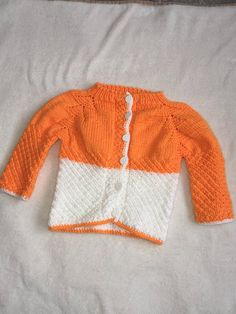 Knitting pattern Cardigan with snails and flowers. Toddler Cardigan, Baby Boy Cardigan, Baby Girl Cardigans, Knit Baby Dress, Knitted Baby Cardigan, Knitted Baby Blankets, Hand Knitted Sweaters, Knit Cardigan Pattern, Baby Coat