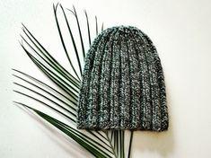 Doux bonnet gris côtelé tricoté en laine.