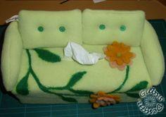 Tatüsofa aus Fleece mit genadelter Filzblumenborte