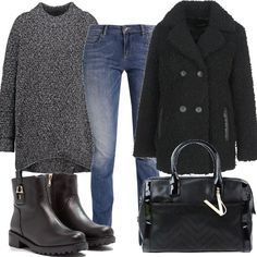 Outfit composto da maglione comodo, jeans slim fit e cappotto doppiopetto. Completano il look la borsa a mano in similpelle e gli stivaletti griffati.
