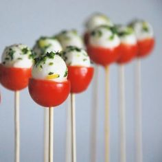 Piruletas italianas - Caprese pops, cherry tomato, baby mozzarella and basil. Could also be yum with pepper dews. I Love Food, Good Food, Yummy Food, Great Recipes, Favorite Recipes, Amazing Recipes, Yummy Recipes, Cooking Recipes, Healthy Recipes