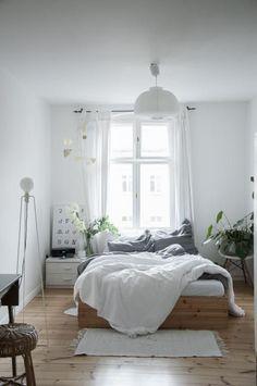 Traumhaft Schönes Schlafzimmer In Weiß Mit Holzdielenboden Und Großem  Holzbett In Berlin Kreuzberg #Berlin