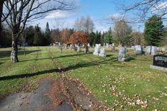 <p>Le cimetière catholique se situe à votre droite. À gauche, c'est le cimetière protestant Greenwood. La plupart des pionniers de la ville y sont enterrés.</p>