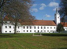 Dronninglund Slot, Jylland - Slottet har navn efter dronning Charlotte Amalie som fik det til eje i 1690. Oprindeligt var det et kloster under benediktinerordenen fra 1200-tallet, som byen Dronninglund efterhånden voksede op omkring. Dette kloster hed Hundslund Kloster.