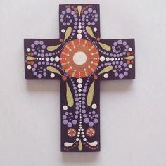 Cruz en madera de 17 cms de alto. Técnica puntillismo. Costo Bs. 800 Paper Roll Crafts, Diy And Crafts, Arts And Crafts, Painted Wooden Crosses, Painted Rocks, Mosaic Crosses, Wall Crosses, Cross Art, Craft Desk