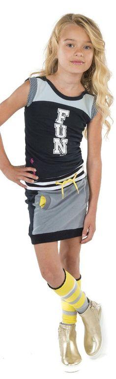 Ninni Vi jurk met verticale print FUN aan de voorzijde en gestreepte boord met koordje in de taille. Met uni grijs rokje. Ninni Vi meisjeskleding collectie zomer 2017.