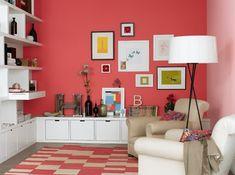 Très joli mur corail - et jeu entre les casiers blancs et le tapis à damiers blancs et corail.