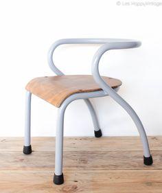 Petite chaise de maternelle des années 50 designée par Jacques Hitier et éditée par Mobilor leshappyvintage.fr