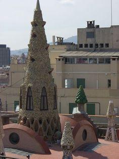 Antonio Gaudi Schornsteine auf einem Dach - Barcelona