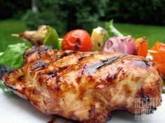 Mélanger tous les ingrédients ensemble dans un plat pouvant se refermer, sauf les poitrines de poulet...