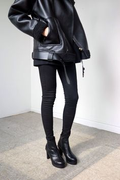 Beautiful all black outfit. Oversized leather jacked and the booties. Looks Total Black, Vintage Mode, Vintage Style, All Black Outfit, Mode Inspiration, Looks Style, Mode Outfits, Fall Outfits, Mode Style