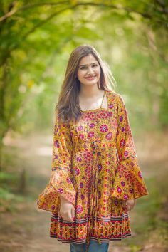 Outfits For Short Height Girls- Short girls in Pakistan face quite many problems because of their height issues, and designing a wardrobe is not just as simple for them as it may seem. Pakistani Fashion Casual, Pakistani Dresses Casual, Indian Fashion Dresses, Pakistani Dress Design, Indian Outfits, Stylish Dresses For Girls, Stylish Dress Designs, Frocks For Girls, Pakistani Frocks