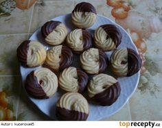 Čajové pečivo 500 g hery 2 vejce 200 g cukr moučka 1 vanilkový cukr 600 g hladké mouky jahodová marmeláda (nebo dle chuti) čokoládová poleva Heru, vejce a cukry vyšleháme, vmícháme mouku. Dáme do pytlíku a na plech vyložený pečícím papírem stříkáme malé věnečky nebo tyčinky. Pečeme na 170 stupních do růžova. Vychladlé slepujeme marmeládou a z jedné strany máčíme v čokoládové polevě.