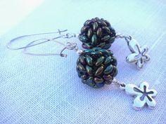 Kolczyki w kształcie kulek w kolorze metalicznej zieleni z koralików Twins. http://mhbizuteria.blogspot.com/2014/01/zielone-kolczyki-z-koralikow-twins.html
