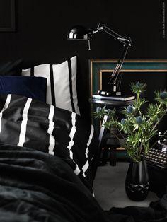 Nu boar vi in oss inför vintern med svarta och midnattsblå toner till en rofylld hemmakokong. TUVBRÄCKA påslakan, DVALA örngott, FORSÅ arbetslampa. Ikea Forsa, Ikea Hack, Teenage Room, Bedroom Black, Bedroom Apartment, Ikea Bedroom, Black Interiors, Beautiful Interiors, Black Interior Design