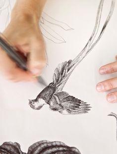 Christian Fischbacher bedtextiel : dessins worden gemaakt door designers :vogel wordt getekend / drawing bird
